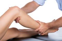 Fisioterapeuta que da masajes al paciente Fotos de archivo libres de regalías
