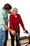 Fisioterapeuta que ensina usando o caminhante fotografia de stock