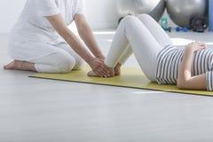 Fisioterapeuta que exercita com paciente fotografia de stock royalty free