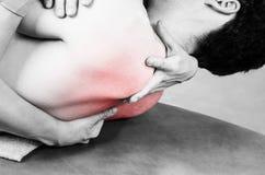 Fisioterapeuta que faz a manipulação para equipar o paciente na silhueta imagens de stock royalty free