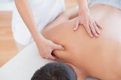 Fisioterapeuta que faz a massagem do ombro a seu paciente Fotos de Stock Royalty Free