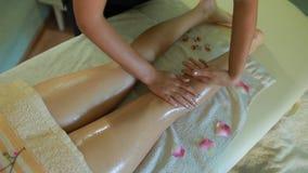 Fisioterapeuta que hace masaje del pie metrajes