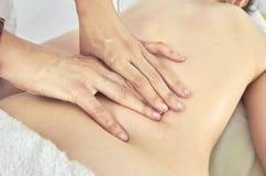 Fisioterapeuta, quiropráctico que da un masaje lumbar a un patie Fotos de archivo libres de regalías