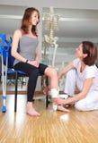 Fisioterapeuta y paciente con lesión del nudillo Foto de archivo libre de regalías