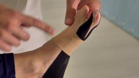 Fisioterapia che lega a piedi video d archivio