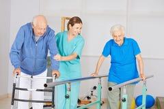 Fisioterapia con la gente mayor fotos de archivo libres de regalías