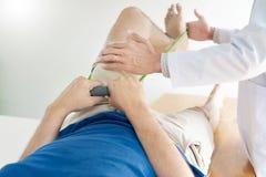 Fisioterapia de consulta da reabilita??o do doutor do fisioterapeuta que d? exercitando o tratamento do p? com o paciente na f?si fotografia de stock royalty free
