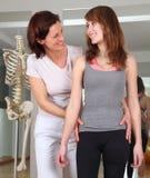 Fisioterapia de un paciente con problemas de la cadera imágenes de archivo libres de regalías