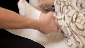 fisioterapia Donna che ottiene massaggio del piede nel centro di benessere, fine su archivi video