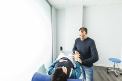 Fisioterapia e riabilitazione Fisioterapista che massaggia il polso di una giovane donna fotografia stock