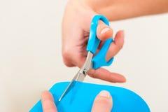Fisioterapia - el terapeuta prepara un tratamiento foto de archivo libre de regalías
