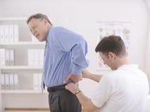 Fisioterapia: Fisioterapeuta e paciente Fotos de Stock Royalty Free