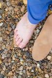 Fisioterapia natural para os pés lisos Pé fêmea na superfície fotos de stock royalty free