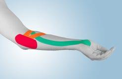 Fisioterapia per dolore, i dolori e la tensione del gomito Immagini Stock