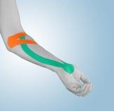Fisioterapia per dolore, i dolori e la tensione del gomito Immagini Stock Libere da Diritti