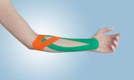 Fisioterapia per dolore, i dolori e la tensione del gomito Fotografie Stock Libere da Diritti