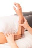 Fisioterapia - terapista che excercising con il paziente che usando gonomete immagini stock