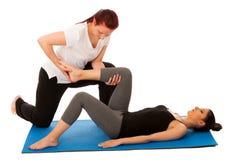 Fisioterapia - terapista che fa gamba che allunga i excercises con Fotografie Stock Libere da Diritti