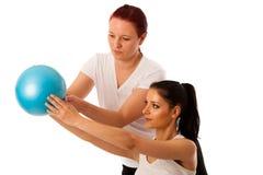 Fisioterapia - terapista che fa i excercises del braccio per il miglioramento del co Fotografia Stock