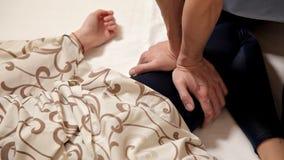 fisioterapia Una donna ottiene un massaggio del piede nel centro di benessere, primo piano Terapia fisica moderna di riabilitazio stock footage