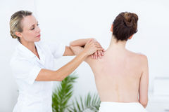 Fisioterapista che fa massaggio della spalla Immagine Stock Libera da Diritti