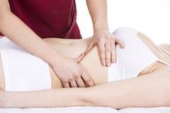 Fisioterapista che fa un massaggio del diaframma ad un paziente della donna Fotografia Stock Libera da Diritti