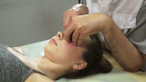 Fisioterapista che lavora ad un paziente in una stanza stock footage