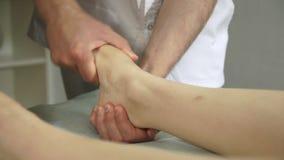 Fisioterapista che lavora ad un paziente in una stanza archivi video