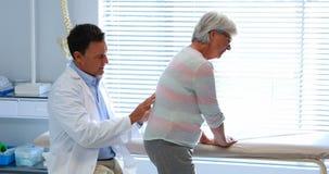Fisioterapista che restituisce massaggio al paziente senior stock footage