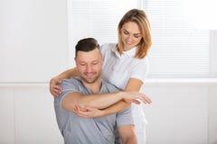 Fisioterapista femminile sorridente Giving Shoulder Exercise immagine stock libera da diritti