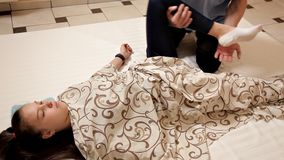 Fisioterapista maschio che massaggia la gamba di un paziente nella stanza di fisioterapia Trattamento, massaggio, riabilitazione video d archivio
