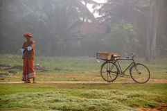 Fiskåterförsäljare i den Fishiing byn royaltyfri bild