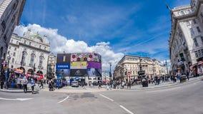 Fisk-öga sikt av den Piccadilly cirkusen i London arkivfoton