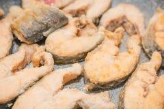 Fisk att vara stekt panna Skivor av den stekte fisken Fisk i mjöl att vara stekt panna Fotografering för Bildbyråer