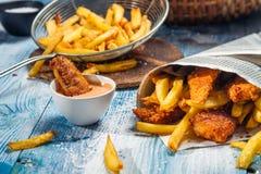 Fisk & chiper som tjänas som i papper Royaltyfria Foton