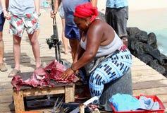 Fisk för tonfisk för afrikansk kvinnamarknad filetting, Kap Verde, Afrika royaltyfri foto