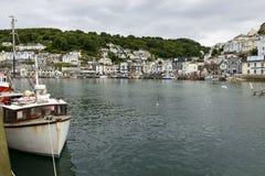 Fisk-fartyg och cityscape, Looe Arkivbild