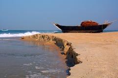 Fisk-Fartyg på kusten royaltyfri fotografi