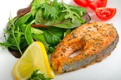 Fisk: Grillad lax med grönsaker Royaltyfria Bilder