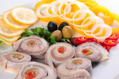Fisk med grönsaker och oliv arkivfoton
