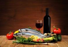 Fisk med grönsaker och wine Royaltyfri Bild