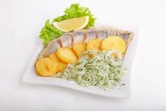 Fisk med potatisar och lökar Royaltyfria Bilder