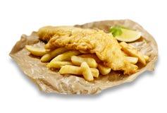 Fisk och chiper, i brunt papper arkivbild