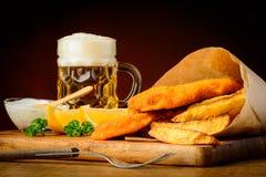 Fisk och chiper med öl royaltyfri foto