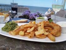 Fisk och chiper vid havet arkivbilder