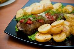 Fisk och grillad potatis arkivbilder