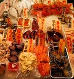 Fisk på försäljningen på den Nishiki marknaden, Kyoto, Japan Arkivbilder