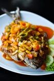 Fisk på maträtt med sås Royaltyfri Bild