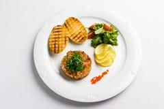 Fisk som är tartare med grönsaker och smällare Arkivbilder