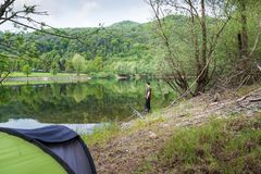 Fiska affärsföretag, karpfiske Campa och fiska på sjön royaltyfri fotografi